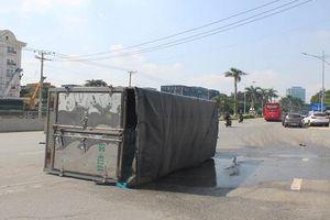 Xe tải mất lái lật nghiêng, hàng nghìn lít hóa chất rò rỉ ra đường