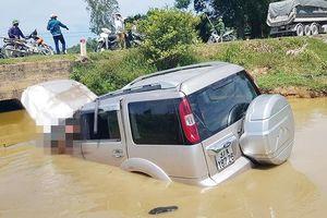 Nghệ An: Xe ô tô 7 chỗ lật ngửa dưới hố nước, 5 người thương vong