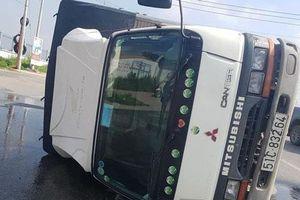 Đồng Nai: Xe tải lật nghiêng, gần 3.000 lít hóa chất chảy tràn đường