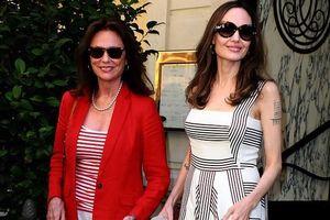 Angelina Jolie trang điểm xinh đẹp, cười rạng rỡ khi đi dạo ở Paris