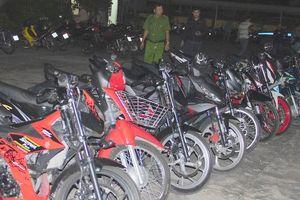 Cảnh sát vây 61 thanh niên cổ vũ đua xe, nhiều người trốn vào bụi cây