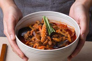 Tự làm mì cay hải sản Hàn Quốc ngon như ngoài tiệm