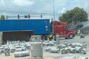 Xe tải ôm cua lật ngang, hàng trăm bình gas lăn lóc ngay cây xăng