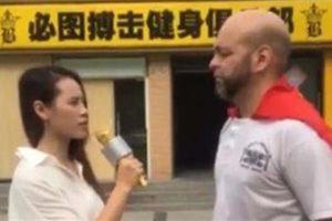 Flores cầm cờ Việt Nam đi thách đấu: Đại diện ai?