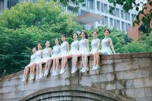 Sinh viên Trung Quốc chụp ảnh kỷ yếu khoe chân dài miên man, da trắng bóc khiến dân mạng 'phát hờn'