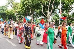 Hơn 1 vạn người đi bộ chào mừng kỷ niệm 20 năm 'Thành phố vì hòa bình'