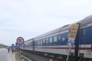 Hai mẹ con ở Nghệ An thoát chết hy hữu khi vượt qua đường sắt lúc tàu đang đến