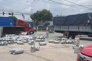 Lật xe tải chở bình gas, người dân tháo chạy