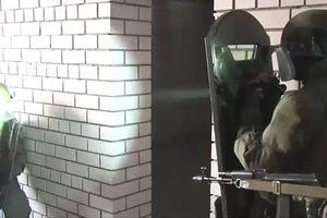 Clip: Đặc nhiệm Nga thử nghiệm vũ khí phát sáng gây 'mù mắt' đối phương