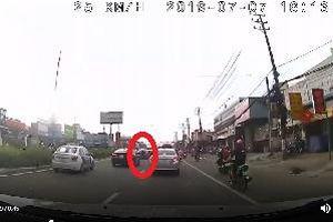 Thái Nguyên: 'Quái xế sửu nhi' lạng lách trên đường, cả người và xe máy chui vào gầm ô tô