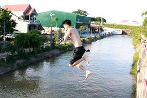 Trai làng mạo hiểm bơi giải nhiệt trên kênh thủy lợi