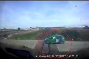 Clip: Hãi hùng giây phút tàu hỏa tông trúng taxi Mai Linh văng hàng chục mét