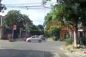 Vượt đèn đỏ bất chấp, nữ ninja đi xe SH bị taxi tông trúng, may mắn thoát chết