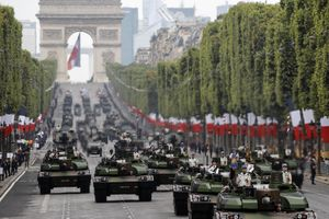 Xe tăng, trực thăng rầm rộ giữa Paris diễu binh quốc khánh Pháp