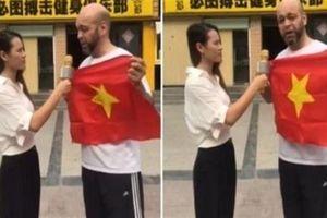 Flores cầm cờ Việt Nam thách đấu: Giải thích nóng