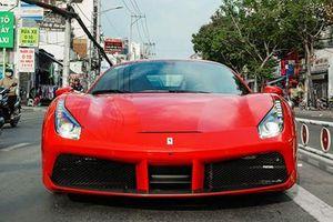 Siêu xe Ferrari của Tuấn Hưng lăn bánh tại Sài Gòn