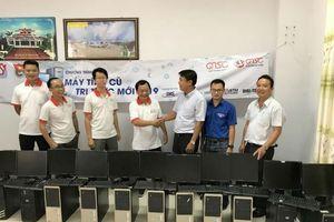 Quỹ khuyến học QTSC tặng 15 bộ máy tính cho huyện Mang Thít, Vĩnh Long
