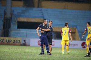 Đánh rơi chiến thắng, HLV Chu Đình Nghiêm lao vào sân đòi phân bua với trọng tài