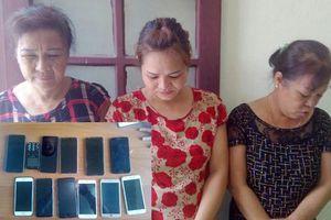 Bắt giữ nhóm 'nữ quái' lớn tuổi, trộm 12 chiếc điện thoại, gần 100 triệu chỉ trong 1 ngày