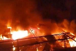 Đám cháy bùng phát trong chợ lúc nửa đêm, gần 50 ki-ốt bị thiêu rụi
