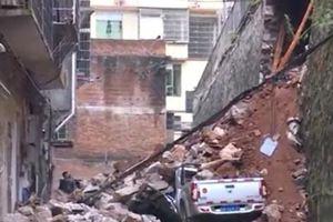 Người phụ nữ Trung Quốc suýt bị chôn vùi dưới bức tường sập