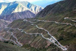 'Nghẹt thở' với tuyến đường nguy hiểm dài 30km có tới 72 khúc cua