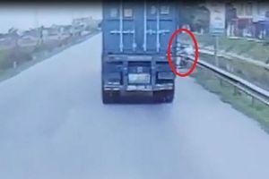 Vượt xe container bất cẩn, người đàn ông suýt 'trả giá đắt'