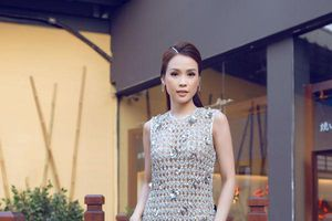 Đông Nhi bị hại, Phí Phương Anh lại lên hương khi diện váy như tấm lưới đánh cá