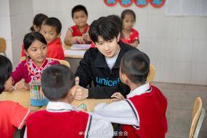 Khoảnh khắc đẹp khi Vương Nguyên (TFBOYS) làm thiện nguyện ở trường học vùng sâu vùng xa