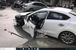 Clip: Vào cua, ô tô con lấn làn tông xe đầu kéo, tài xế thoát chết trong gang tấc