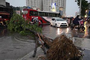 Cơn mưa to đúng giờ tan tầm biến Hà Nội thành 'sông'