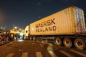 Kinh hoàng: Xe container lao vào xe máy, 4 người thương vong