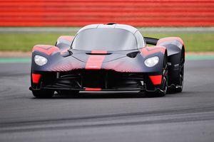 Siêu xe nổi tiếng Aston Martin Valkyrie bất ngờ xuất hiện
