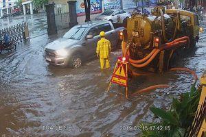 Hà Nội: Mưa lớn gây ngập, ùn tắc trên một số tuyến phố đúng giờ tan tầm