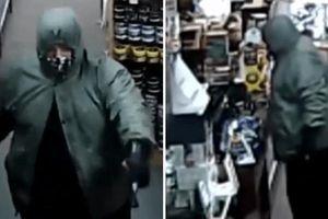 Người đàn ông có súng trả lại tiền đã cướp vì 'chê' ít, không đủ ghép thận cho con