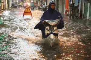 Hà Nội đón mưa lớn giải nhiệt sau nhiều ngày nắng nóng, đường phố bỗng 'hóa thành sông'