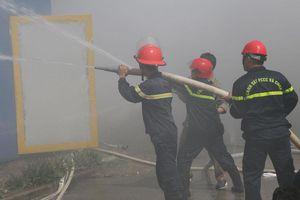 Cháy kho chứa hàng công ty giày, hàng trăm công nhân tháo chạy