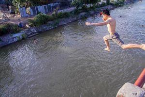 Nhẩy cầu mương nước bơi: Thú chơi nguy hiểm của trẻ ngoại ô