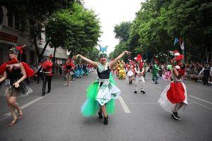 Đua chụp ảnh check-in với các vũ công carnival siêu hot tại phố đi bộ Bờ Hồ