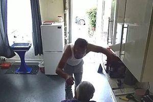 Xem trộm vừa 'tán' chủ nhà vừa khoắng tiền trong ví