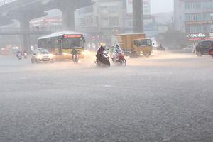 Hà Nội: Mưa lớn ào ào đổ xuống, người đi đường nhốn nháo tìm chỗ trú