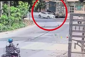 Đầu ô tô nát bét sau khi tông xe đầu kéo, tài xế thoát chết trong gang tấc