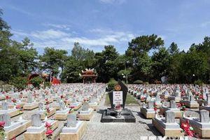 Thanh niên kiều bào dâng hương tại nghĩa trang liệt sỹ Trường Sơn