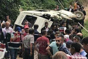 Xe buýt lật nhào xuống mương, ít nhất 5 người thiệt mạng