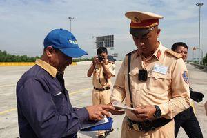 Cảnh sát giao thông tổng kiểm tra 4 loại giấy tờ đối với lái xe