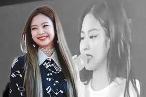 Clip: Jennie nhắn nhủ với Lisa bằng tiếng Thái, bật khóc trên sân khấu như trẻ con