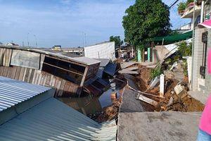 Đồng Tháp: Sạt lở nhấn chìm nhà dân xuống sông, cắt đứt đường giao thông