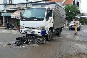 Bị ô tô tải tông tại ngã tư, nam thanh niên đi xe máy nguy kịch