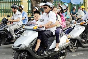 Đi xe máy chở trẻ em không đội mũ bảo hiểm có thể bị phạt tới 1 triệu đồng
