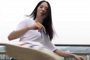 Cô gái xinh đẹp đá bay nắp dầu gió trong thử thách 'Bottle Cap Challenge'